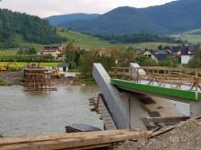 Wow! W Zabrzeży rośnie błyskawicznie most rowerowy nad Dunajcem!
