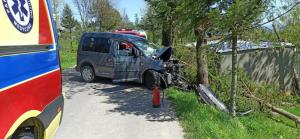 Zasłabł za kierownicą, skończyło się fatalnie. Uderzył samochodem w drzewo