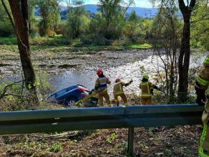 Samochód zatrzymał się na stromej skarpie. Omal nie wpadł do rzeki