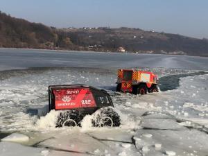 Strażacy testowali sprzęt, który pokonuje skały, bagna, piaski, a nawet pływa