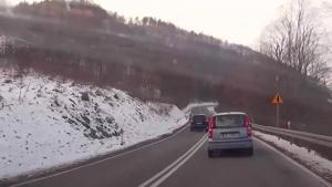 """Polscy kierowcy nie mają szczególnych powodów, by darzyć sympatią wyjątkowo wobec nich """"skrupulatnych"""" słowackich policjantów. Ale ci, jak widać, już swoich pobratymców tak skutecznie wychować za kierownicą nie potrafią. Popatrzcie zresztą sami na popisy Słowaków na terenie piwniczańskich dróg."""