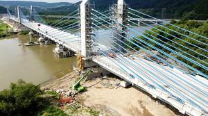 Gigantyczne błękitne rury, a w każdej z nich sześćdziesiąt stalowych lin, które pną się do ogromnych pylonów. Budowlańcy już podwiesili wszystkie wanty na moście w Kurowie. Teraz zaczyna się skomplikowana operacja ich naprężania.