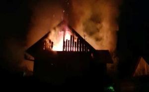 W środku nocy w Kokuszce płonął dom. Strażacy prawie trzy godziny gasili pożar