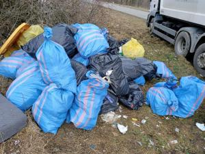 Dzikie wysypisko w Jasiennej. Skandal! 40 worków ze śmieciami leży przy drodze