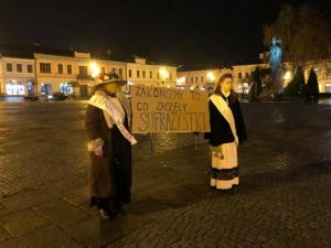 Nowy Sącz: kameralny protest kobiet w imieniu sufrażystek na Rynku [ZDJĘCIA]