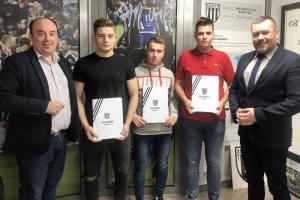 Profesjonalne kontrakty młodych piłkarzy